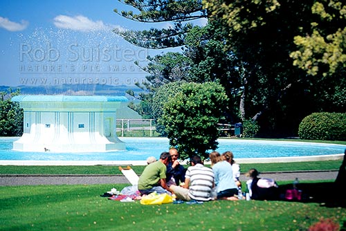 Family or people picnicking in front of the Tom parker Fountain and gardens, Marine Parade, Napier, Napier City District, Hawke's Bay Region, New Zealand (NZ) stock photo.
